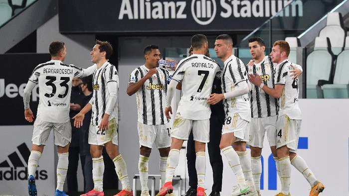 TURIN, ITALY - MARCH 02: Alvaro Morata of Juventus celebrates with team mates Cristiano Ronaldo and Dejan Kulusevski after scoring their sides first goal during the Serie A match between Juventus and Spezia Calcio at Allianz Stadium on March 02, 2021 in Turin, Italy. Sporting stadiums around the Italy remain under strict restrictions due to the Coronavirus Pandemic as Government social distancing laws prohibit fans inside venues resulting in games being played behind closed doors. (Photo by Valerio Pennicino/Getty Images)