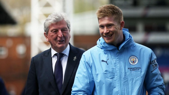 LONDON, ENGLAND - MAY 01: Roy Hodgson, Manager of Crystal Palace and Kevin De Bruyne of Manchester City speak following the Premier League match between Crystal Palace and Manchester City at Selhurst Park on May 01, 2021 in London, England. Sporting stadiums around the UK remain under strict restrictions due to the Coronavirus Pandemic as Government social distancing laws prohibit fans inside venues resulting in games being played behind closed doors. (Photo by Steven Paston - Pool/Getty Images)
