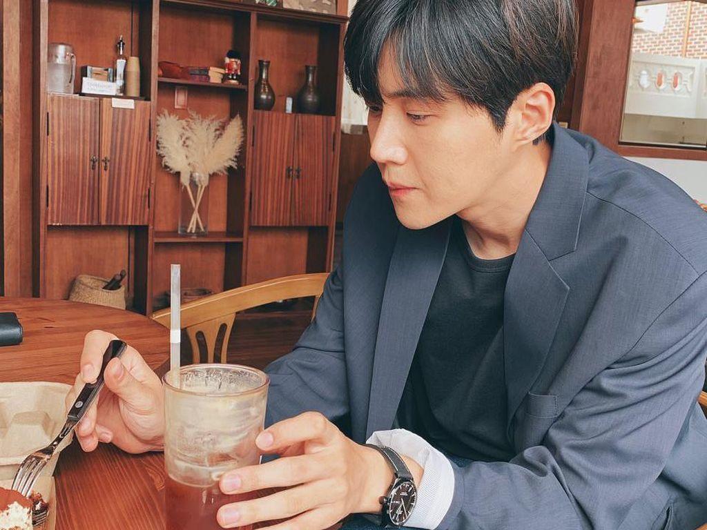 Menang Baeksang Arts AwardsIni MomenKim Seon Ho yang saat Nongkrong di Kafe