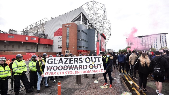 MANCHESTER, ENGLAND - MAY 13: Fans protest outside of Old Trafford on May 13, 2021 in Manchester, England. Police and ground security staff are prepared for a possible demonstration by United supporters against ownership of Manchester United by the Glazer family. (Photo by Nathan Stirk/Getty Images)