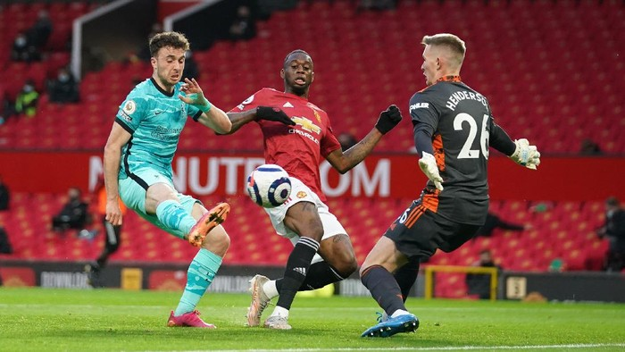MANCHESTER, ENGLAND - MAY 13: Diogo Jota of Liverpool has a shot saved by Dean Henderson of Manchester United during the Premier League match between Manchester United and Liverpool at Old Trafford on May 13, 2021 in Manchester, England. Sporting stadiums around the UK remain under strict restrictions due to the Coronavirus Pandemic as Government social distancing laws prohibit fans inside venues resulting in games being played behind closed doors. (Photo by Dave Thompson - Pool/Getty Images)