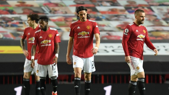 MANCHESTER, ENGLAND - MAY 13: Edinson Cavani of Manchester United looks dejected after conceding a third goal scored by Roberto Firmino of Liverpool (not pictured) during the Premier League match between Manchester United and Liverpool at Old Trafford on May 13, 2021 in Manchester, England. Sporting stadiums around the UK remain under strict restrictions due to the Coronavirus Pandemic as Government social distancing laws prohibit fans inside venues resulting in games being played behind closed doors. (Photo by Michael Regan/Getty Images)