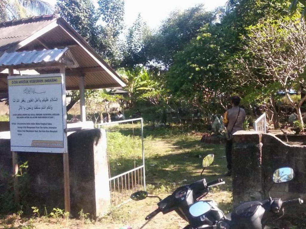 Cegah COVID-19, Polisi Jaga Ketat Prokes Ziarah Kubur di Lombok Barat