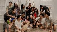 Viral Foto Keluarga Anti Mainstream Saat Lebaran, Pakai Baju Robek dan Daster