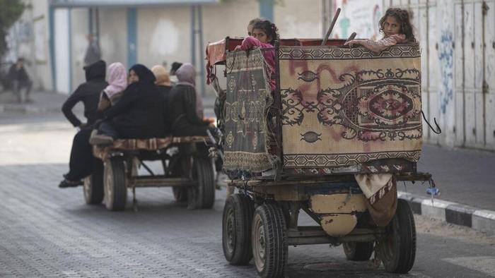 Serangan udara yang dilakukan Israel di Gaza merusak sejumlah bangunan. Akibatnya tak sedikit warga Palestina yang kini mengungsi ke sekolah yang disediakan PBB
