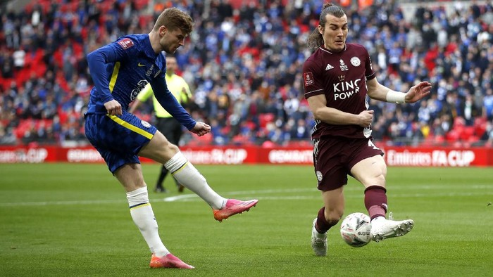 LONDON, ENGLAND - MAY 15: Timo Werner of Chelsea crosses the ball which is blocked by Caglar Soyuncu of Leicester City during The Emirates FA Cup Final match between Chelsea and Leicester City at Wembley Stadium on May 15, 2021 in London, England. A limited number of around 21,000 fans, subject to a negative lateral flow test, will be allowed inside Wembley Stadium to watch this years FA Cup Final as part of a pilot event to trial the return of large crowds to UK venues. (Photo by Matt Childs - Pool/Getty Images)