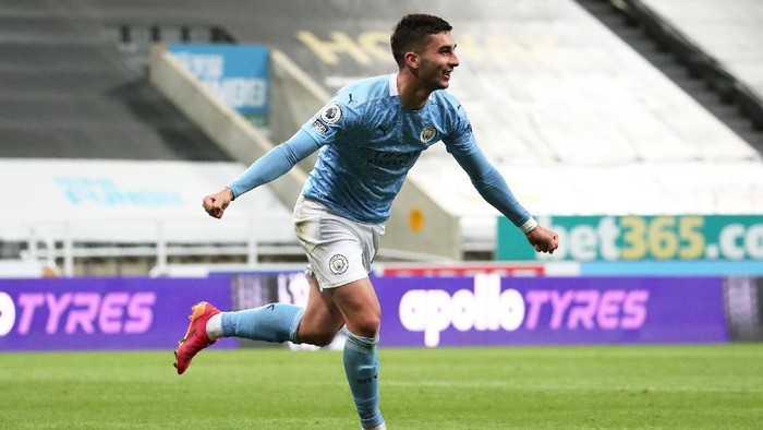 NEWCASTLE UPON TYNE, ENGLAND - MAY 14: Ferran Torres of Manchester City celebrates after scoring their sides fourth goal and their hat trick during the Premier League match between Newcastle United and Manchester City at St. James Park on May 14, 2021 in Newcastle upon Tyne, England. Sporting stadiums around the UK remain under strict restrictions due to the Coronavirus Pandemic as Government social distancing laws prohibit fans inside venues resulting in games being played behind closed doors.  (Photo by Scott Heppell - Pool/Getty Images)