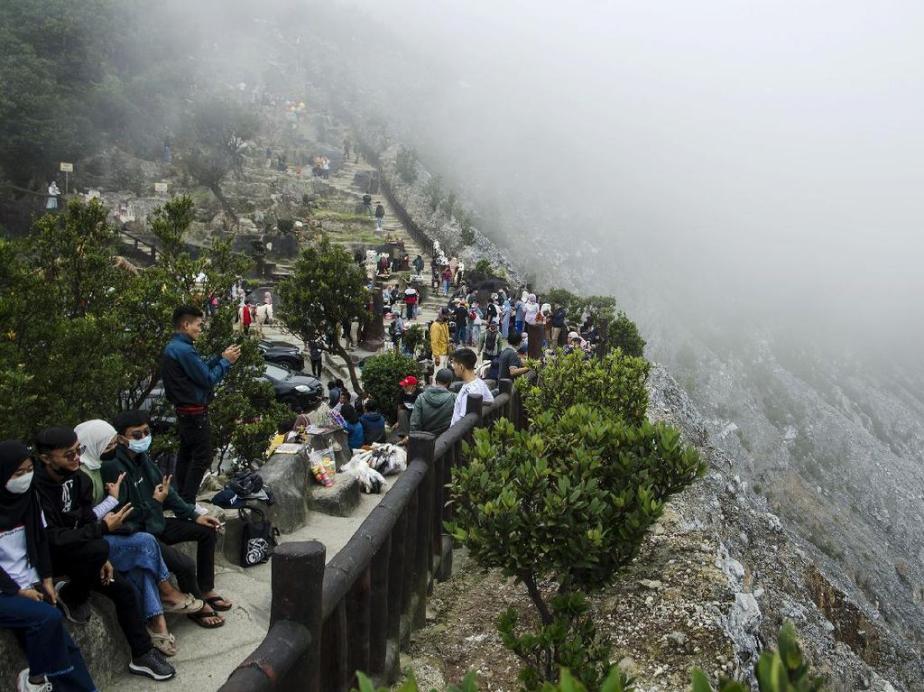Suasana Ramai Gunung Tangkuban Parahu Saat Libur Lebaran