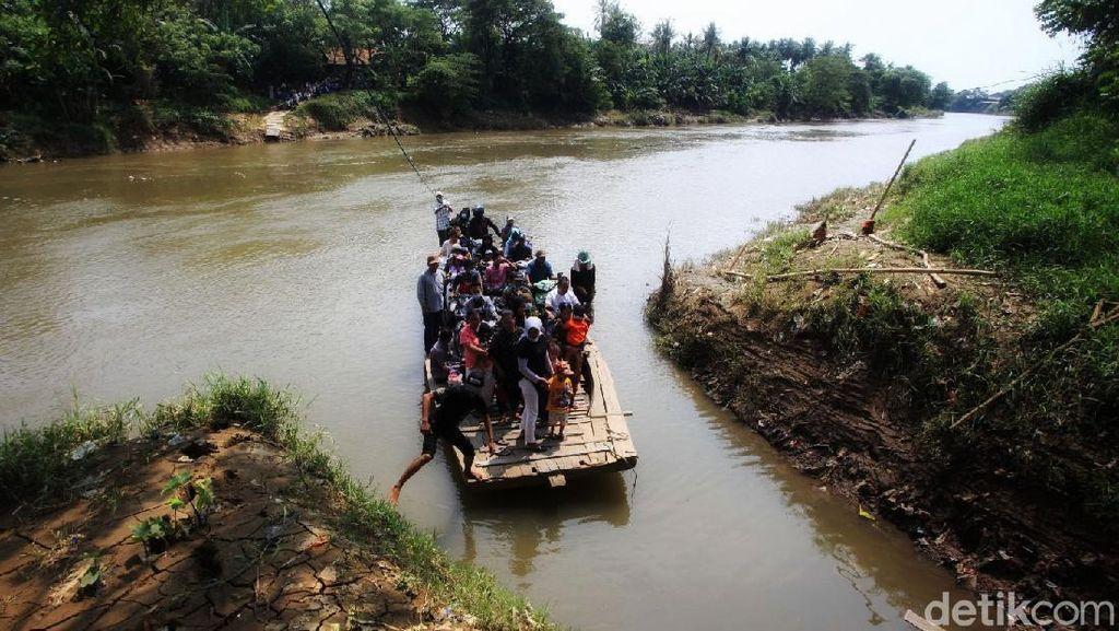 Hindari Kemacetan Tempat Wisata, Warga Potong Jalan dengan Perahu Eretan