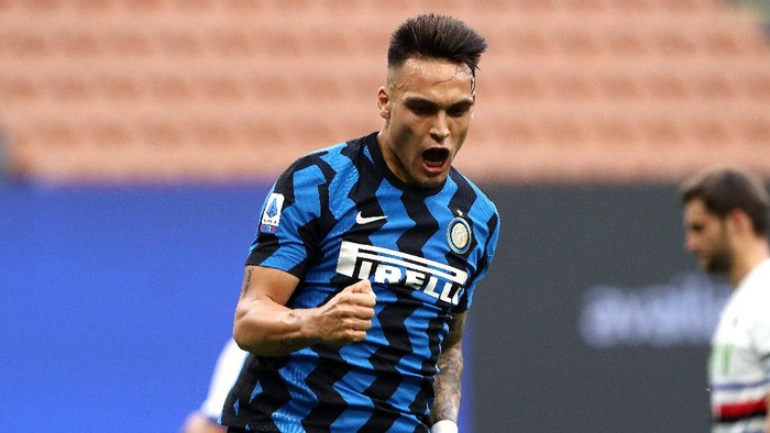 MILAN, ITALY - MAY 08: Lautaro Martinez of FC Internazionale celebrates after scoring their teams fifth goal  during the Serie A match between FC Internazionale  and UC Sampdoria at Stadio Giuseppe Meazza on May 08, 2021 in Milan, Italy. Sporting stadiums around Italy remain under strict restrictions due to the Coronavirus Pandemic as Government social distancing laws prohibit fans inside venues resulting in games being played behind closed doors. (Photo by Marco Luzzani/Getty Images)
