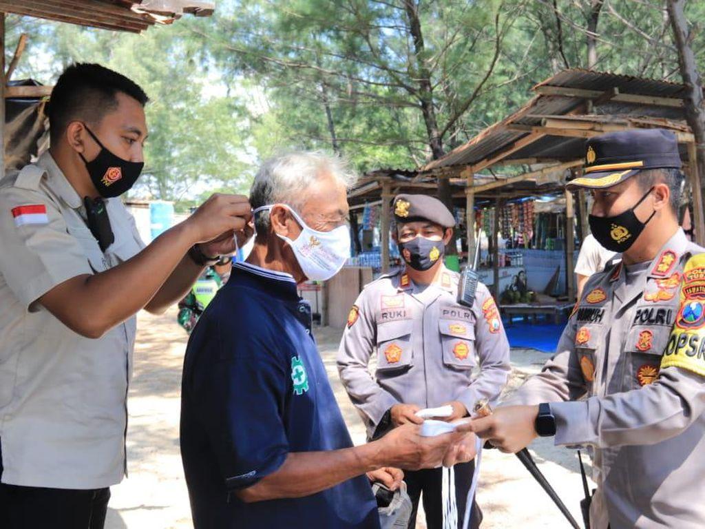 Polisi Bagikan Masker ke Warga yang Abai Prokes di Tempat Wisata