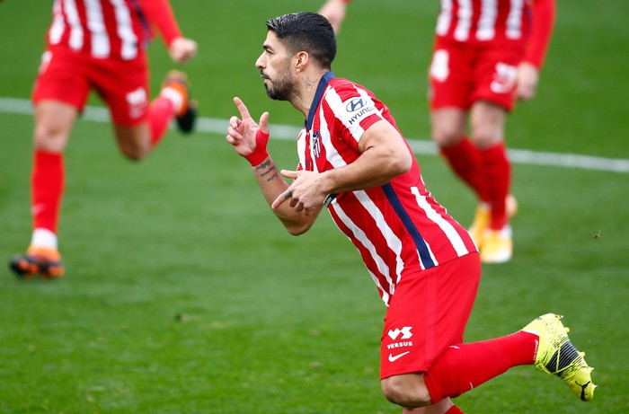 CADIZ, SPAIN - JANUARY 31: Luis Suarez of Atletico de Madrid celebrates after scoring their sides third goal from the penalty spot during the La Liga Santander match between Cadiz CF and Atletico de Madrid at Estadio Ramon de Carranza on January 31, 2021 in Cadiz, Spain. Sporting stadiums around Spain remain under strict restrictions due to the Coronavirus Pandemic as Government social distancing laws prohibit fans inside venues resulting in games being played behind closed doors. (Photo by Fran Santiago/Getty Images)