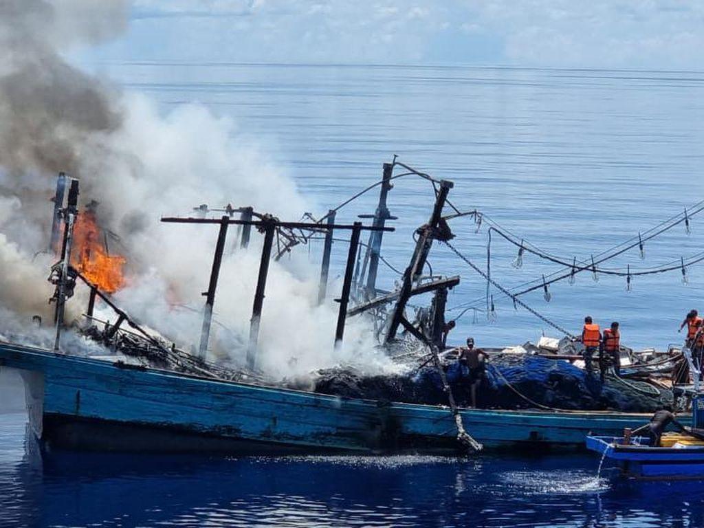 KM Sinar Mas Terbakar di Laut Natuna, KRI STS-376 Selamatkan 27 ABK