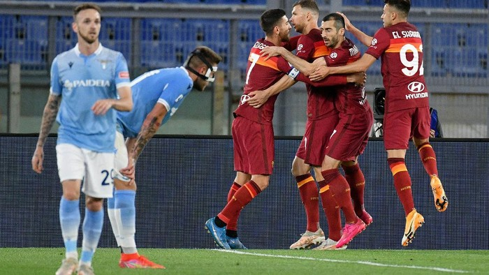ROME, ITALY - MAY 15: Henrikh Mkhitaryan of AS Roma celebrates a opening goal with his team mates during the Serie A match between AS Roma  and SS Lazio at Stadio Olimpico on May 15, 2021 in Rome, Italy. (Photo by Marco Rosi - SS Lazio/Getty Images)