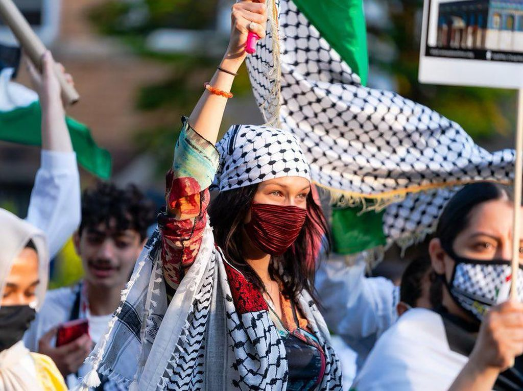 Butik Malaysia Rilis Kerudung Terinspirasi Bella Hadid saat Aksi Bela Palestina