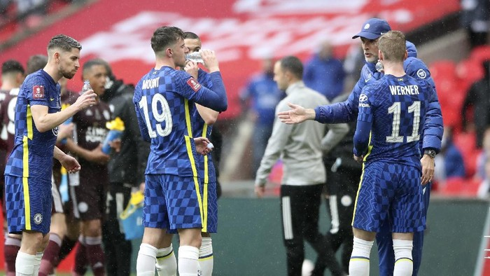 Chelseas head coach Thomas Tuchel, background right, talks with the players during the FA Cup final soccer match between Chelsea and Leicester City at Wembley Stadium in London, England, Saturday, May 15, 2021. (Nick Potts/Pool via AP)