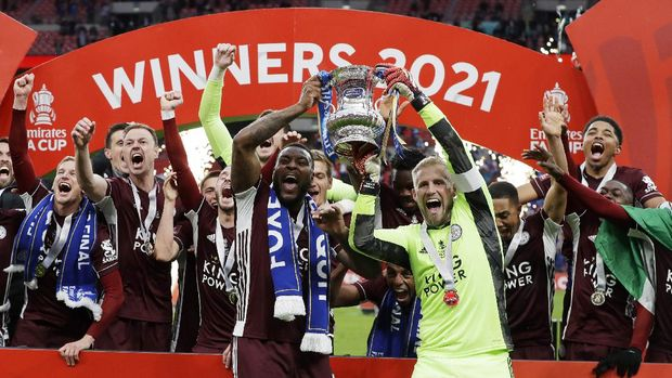 Soccer Football - FA Cup Final - Chelsea v Leicester City - Wembley Stadium, London, Britain - May 15, 2021 Leicester City players celebrate winning the FA Cup with the trophy Pool via REUTERS/Kirsty Wigglesworth
