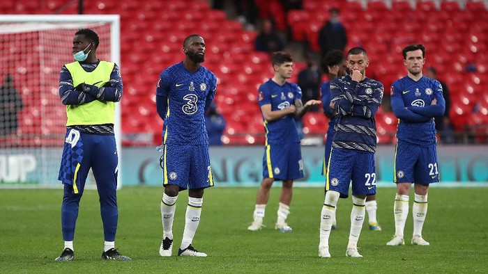 LONDON, ENGLAND - MAY 15: (L-R) Kurt Zouma, Antonio Ruediger, Christian Pulisic, Hakim Ziyech and Ben Chilwell of Chelsea look dejected following The Emirates FA Cup Final match between Chelsea and Leicester City at Wembley Stadium on May 15, 2021 in London, England. A limited number of around 21,000 fans, subject to a negative lateral flow test, will be allowed inside Wembley Stadium to watch this years FA Cup Final as part of a pilot event to trial the return of large crowds to UK venues. (Photo by Nick Potts - Pool/Getty Images)