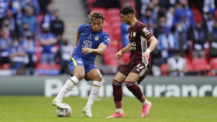 LONDON, ENGLAND - MAY 15: Reece James of Chelsea is challenged by Ayoze Perez of Leicester City during The Emirates FA Cup Final match between Chelsea and Leicester City at Wembley Stadium on May 15, 2021 in London, England. A limited number of around 21,000 fans, subject to a negative lateral flow test, will be allowed inside Wembley Stadium to watch this years FA Cup Final as part of a pilot event to trial the return of large crowds to UK venues. (Photo by Kirsty Wigglesworth - Pool/Getty Images)