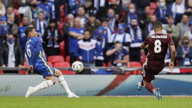 LONDON, ENGLAND - MAY 15: Youri Tielemans of Leicester City scores their side's first goal during The Emirates FA Cup Final match between Chelsea and Leicester City at Wembley Stadium on May 15, 2021 in London, England. A limited number of around 21,000 fans, subject to a negative lateral flow test, will be allowed inside Wembley Stadium to watch this year's FA Cup Final as part of a pilot event to trial the return of large crowds to UK venues. (Photo by Kirsty Wigglesworth - Pool/Getty Images)