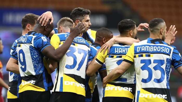 MILAN, ITALY - MAY 12: Romelu Lukaku (L) of FC Internazionale celebrates his goal with his team-mates during the Serie A match between FC Internazionale  and AS Roma at Stadio Giuseppe Meazza on May 12, 2021 in Milan, Italy. Sporting stadiums around Italy remain under strict restrictions due to the Coronavirus Pandemic as Government social distancing laws prohibit fans inside venues resulting in games being played behind closed doors.  (Photo by Marco Luzzani/Getty Images)