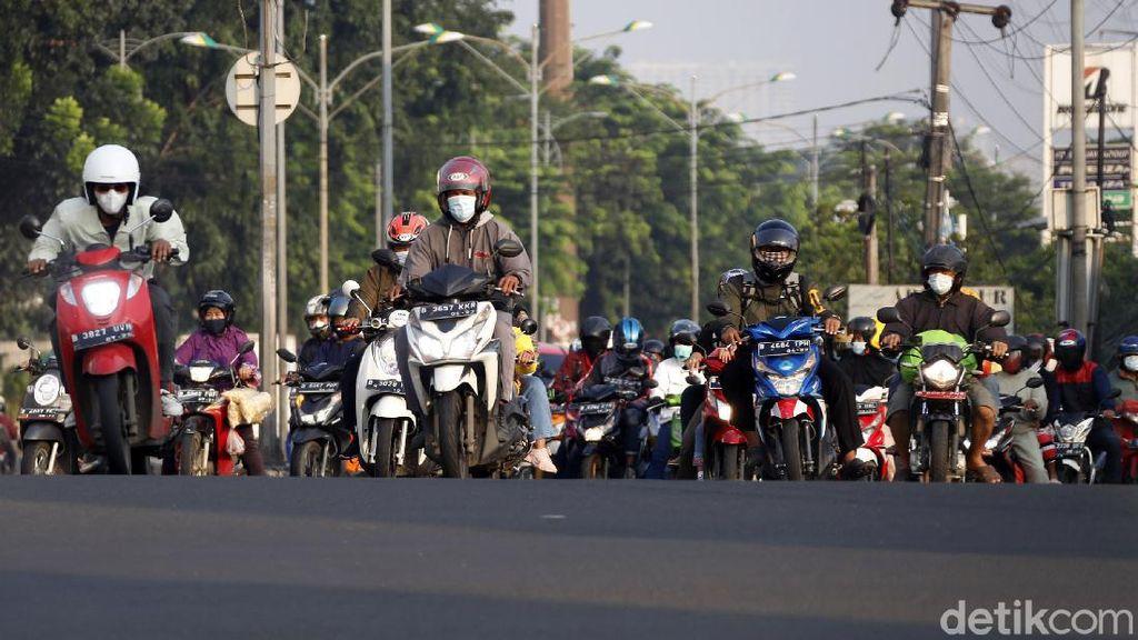 Jalan Kalimalang Mulai Ramai Pemudik Motor
