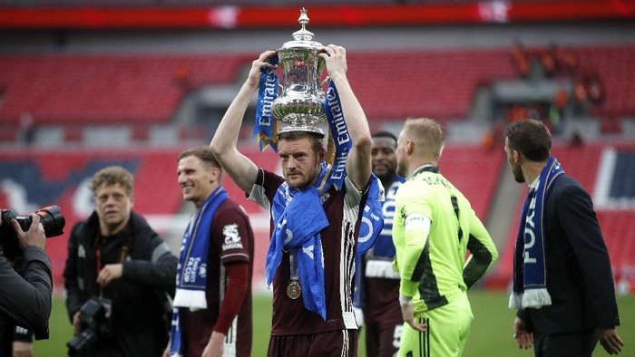 LONDON, ENGLAND - MAY 15: Jamie Vardy of Leicester City celebrates with the Emirates FA Cup trophy following The Emirates FA Cup Final match between Chelsea and Leicester City at Wembley Stadium on May 15, 2021 in London, England. A limited number of around 21,000 fans, subject to a negative lateral flow test, will be allowed inside Wembley Stadium to watch this years FA Cup Final as part of a pilot event to trial the return of large crowds to UK venues. (Photo by Matt Childs - Pool/Getty Images)
