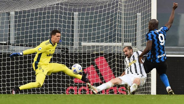 Soccer Football - Serie A - Juventus v Inter Milan - Allianz Stadium, Turin, Italy - May 15, 2021 Juventus' Giorgio Chiellini scores an own goal and Inter Milan second as Wojciech Szczesny attempts to make a save REUTERS/Massimo Pinca