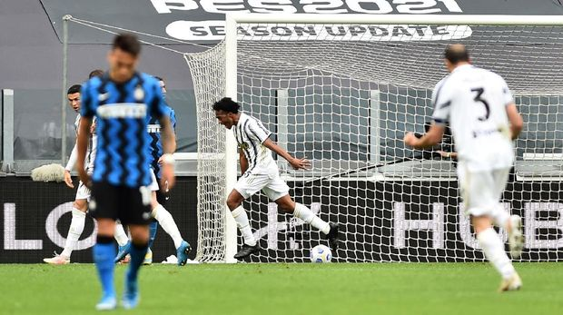 Soccer Football - Serie A - Juventus v Inter Milan - Allianz Stadium, Turin, Italy - May 15, 2021 Juventus' Juan Cuadrado celebrates scoring their second goal REUTERS/Massimo Pinca