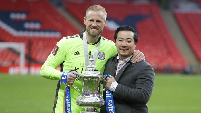 LONDON, ENGLAND - MAY 15: Khun Top, Chairman of Leicester City and Kasper Schmeichel of Leicester City celebrate with the Emirates FA Cup trophy following The Emirates FA Cup Final match between Chelsea and Leicester City at Wembley Stadium on May 15, 2021 in London, England. A limited number of around 21,000 fans, subject to a negative lateral flow test, will be allowed inside Wembley Stadium to watch this years FA Cup Final as part of a pilot event to trial the return of large crowds to UK venues. (Photo by Kirsty Wigglesworth - Pool/Getty Images)