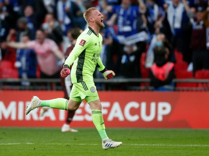 LONDON, ENGLAND - MAY 15: Kasper Schmeichel of Leicester City celebrates victory following The Emirates FA Cup Final match between Chelsea and Leicester City at Wembley Stadium on May 15, 2021 in London, England. A limited number of around 21,000 fans, subject to a negative lateral flow test, will be allowed inside Wembley Stadium to watch this years FA Cup Final as part of a pilot event to trial the return of large crowds to UK venues. (Photo by Matt Childs - Pool/Getty Images)