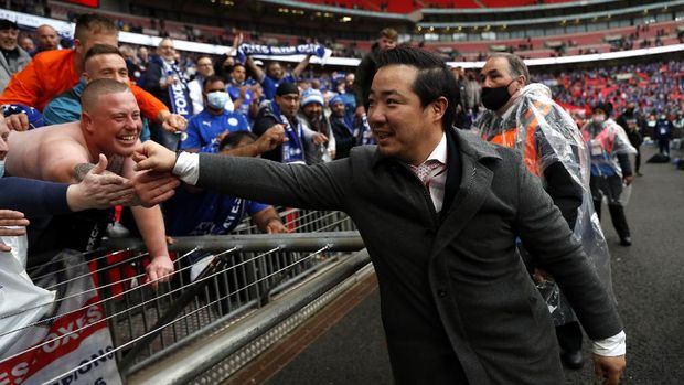 LONDON, ENGLAND - MAY 15: Khun Top, Chairman of Leicester City celebrates with the fans following The Emirates FA Cup Final match between Chelsea and Leicester City at Wembley Stadium on May 15, 2021 in London, England. A limited number of around 21,000 fans, subject to a negative lateral flow test, will be allowed inside Wembley Stadium to watch this year's FA Cup Final as part of a pilot event to trial the return of large crowds to UK venues. (Photo by Matt Childs - Pool/Getty Images)