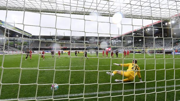 FREIBURG IM BREISGAU, GERMANY - MAY 15: Robert Lewandowski of FC Bayern Muenchen scores their side's first goal past Mark Flekken of Sport-Club Freiburg from the penalty spot scoring his 40th league goal, equalling the record for the most goals scored in a Bundesliga season during the Bundesliga match between Sport-Club Freiburg and FC Bayern Muenchen at Schwarzwald-Stadion on May 15, 2021 in Freiburg im Breisgau, Germany. Sporting stadiums around Germany remain under strict restrictions due to the Coronavirus Pandemic as Government social distancing laws prohibit fans inside venues resulting in games being played behind closed doors.  (Photo by Matthias Hangst/Getty Images)