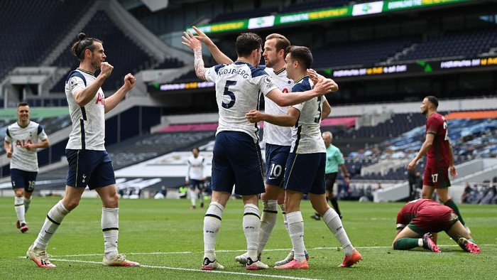 LONDON, ENGLAND - MAY 16: Pierre-Emile Hojbjerg of Tottenham Hotspur celebrates with team mates (L - R) Gareth Bale, Harry Kane and Sergio Reguilon after scoring their sides second goal during the Premier League match between Tottenham Hotspur and Wolverhampton Wanderers at Tottenham Hotspur Stadium on May 16, 2021 in London, England. Sporting stadiums around the UK remain under strict restrictions due to the Coronavirus Pandemic as Government social distancing laws prohibit fans inside venues resulting in games being played behind closed doors.  (Photo by Shaun Botterill/Getty Images)