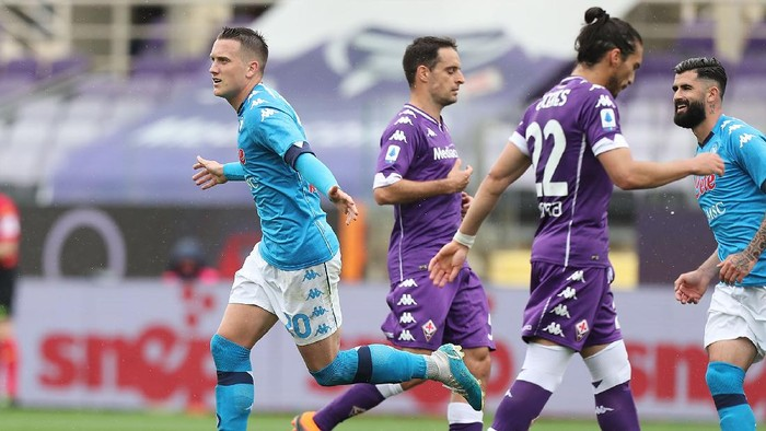 FLORENCE, ITALY - MAY 16: Sebastian Piotr Zielinski of SSC Napoli celebrates after scoring a goal during the Serie A match between ACF Fiorentina  and SSC Napoli at Stadio Artemio Franchi on May 16, 2021 in Florence, Italy.  (Photo by Gabriele Maltinti/Getty Images)
