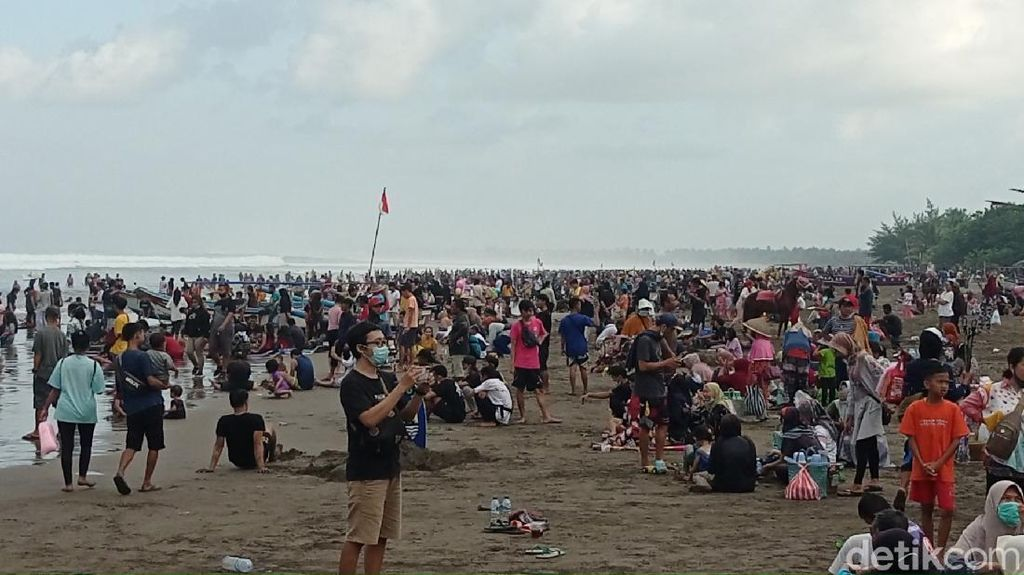 Penampakan Kerumunan di Pantai Pangandaran yang Masih Membeludak