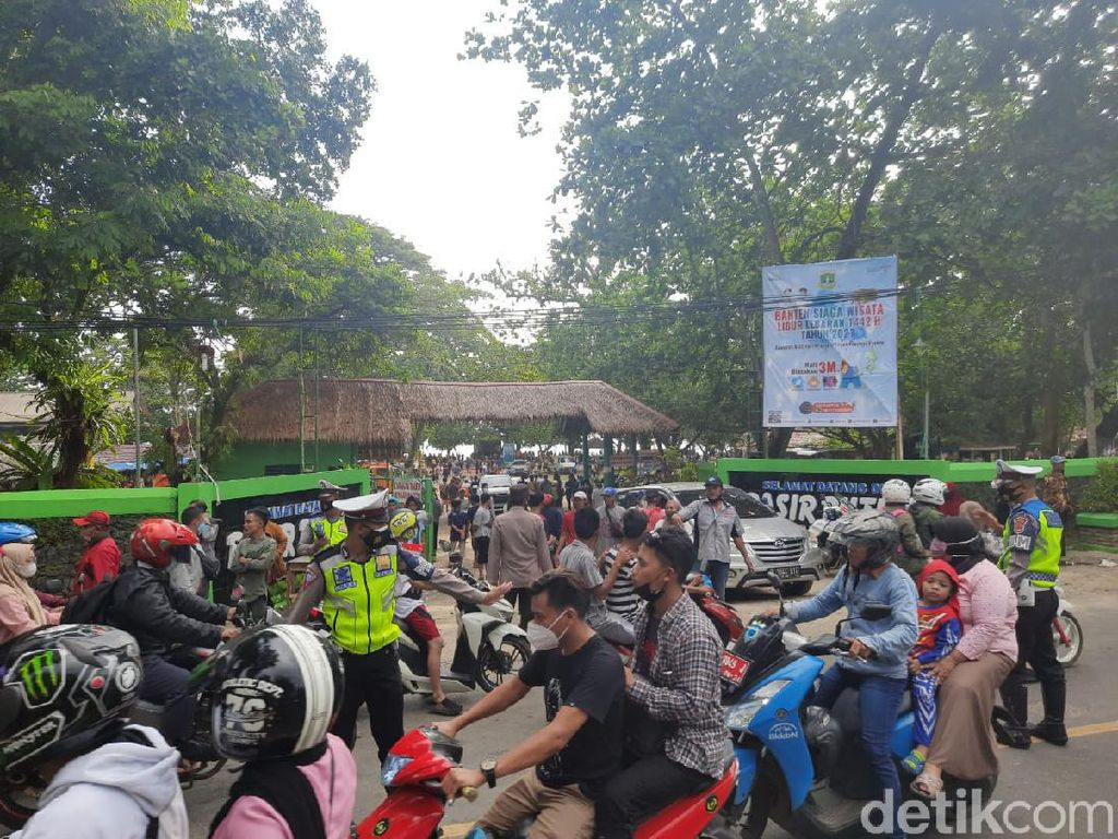 Protes Penutupan Wisata Meluas ke Carita, Pedagang Tutup Akses Jalan