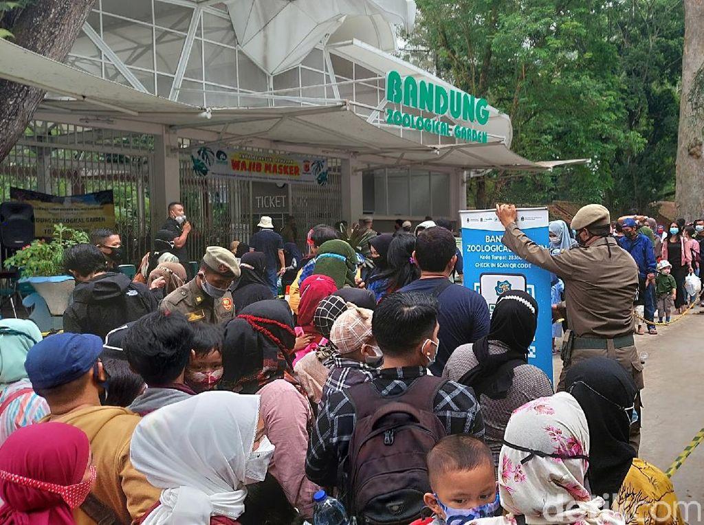 Pengunjung Kebun Binatang Bandung Membludak