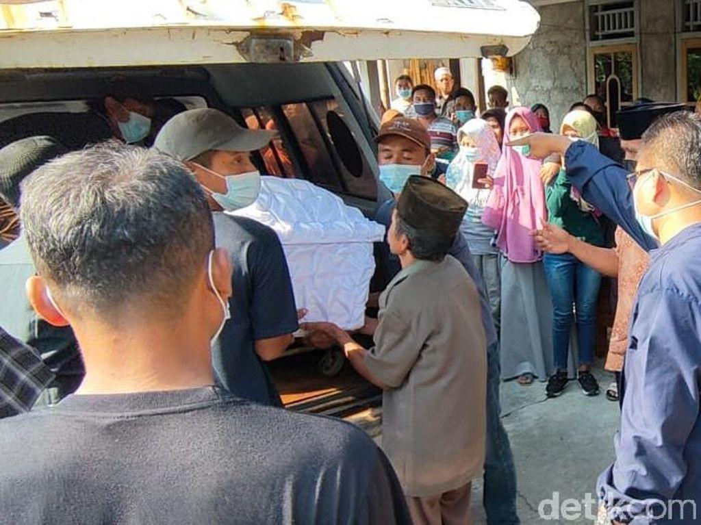 Ibu-2 Anak Korban Perahu Terbalik Waduk Kedungombo Dimakamkan Satu Liang