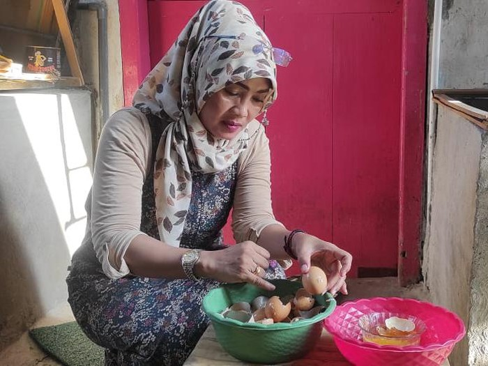 Seorang ibu di Kediri menemukan telur ayam yang diduga palsu. Video temuan itu pun sempat beredar melalui WhatsApp.