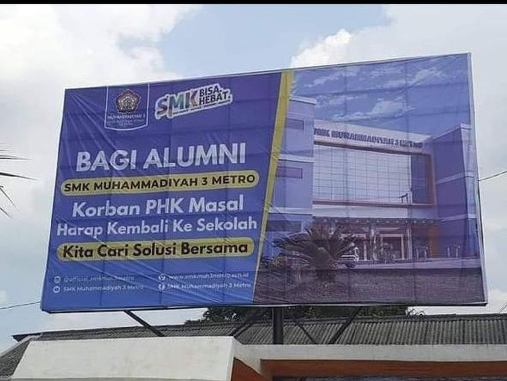 Viral Baliho Ajakan Alumni SMK Korban PHK Balik ke Sekolah, Ini Faktanya