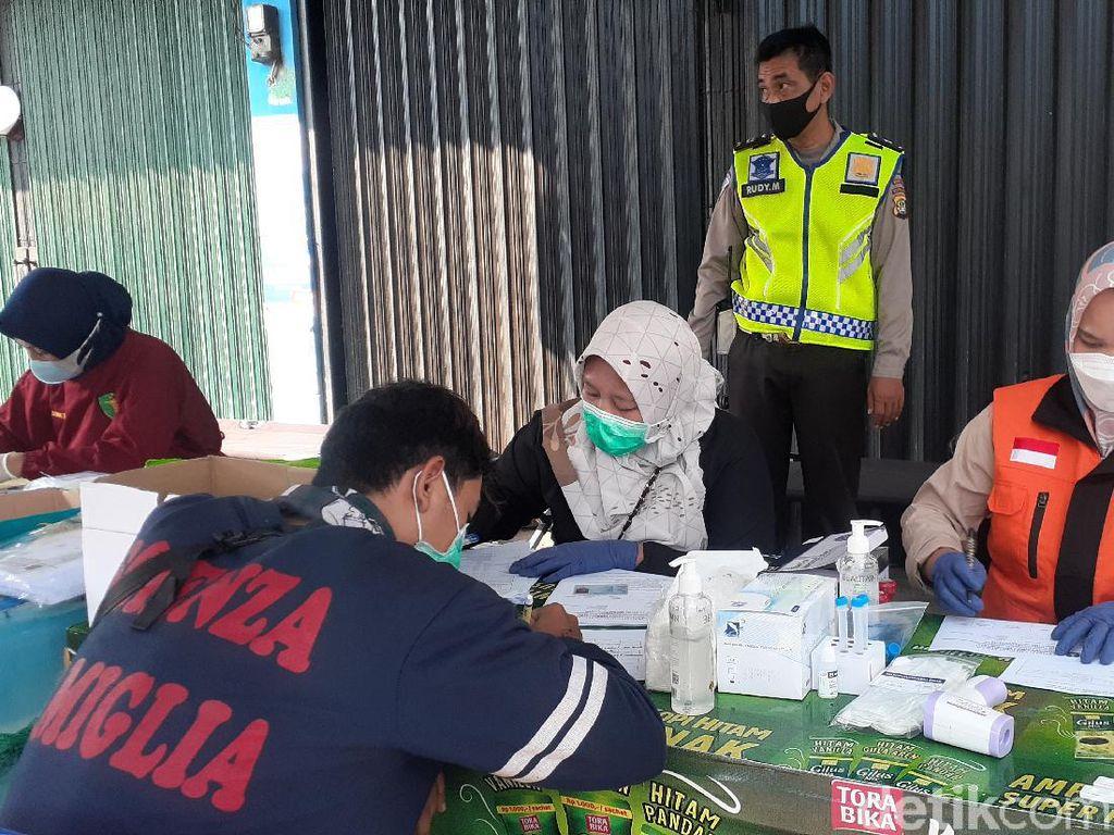 Tes COVID di Penyekatan Bekasi, Pengendara Positif Akan Diisolasi di GOR-RSUD