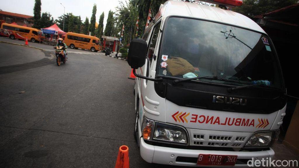 Ambulans-Bus Sekolah Siap Angkut Pemudik ke RSD Wisma Atlet