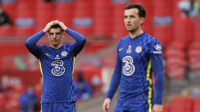 Chelseas Mason Mount, left, reacts after a missed chance during the FA Cup final soccer match between Chelsea and Leicester City at Wembley Stadium in London, England, Saturday May 15, 2021. (AP Photo/Kirsty Wigglesworth, Pool)