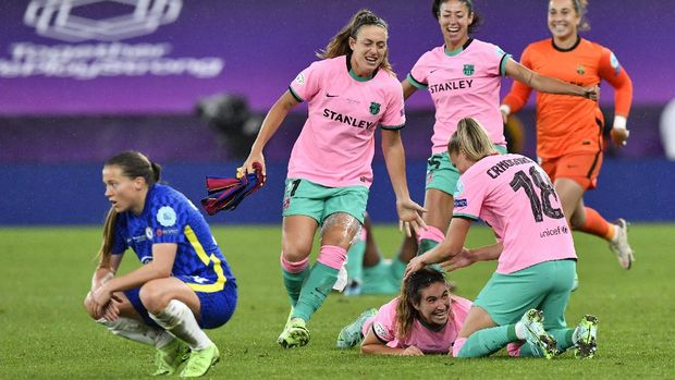 Barcelona players celebrate winning the UEFA Women's Champions League final soccer match between Chelsea FC and FC Barcelona in Gothenburg, Sweden, Sunday, May 16, 2021. Barcelona won 4-0. (AP Photo/Martin Meissner)