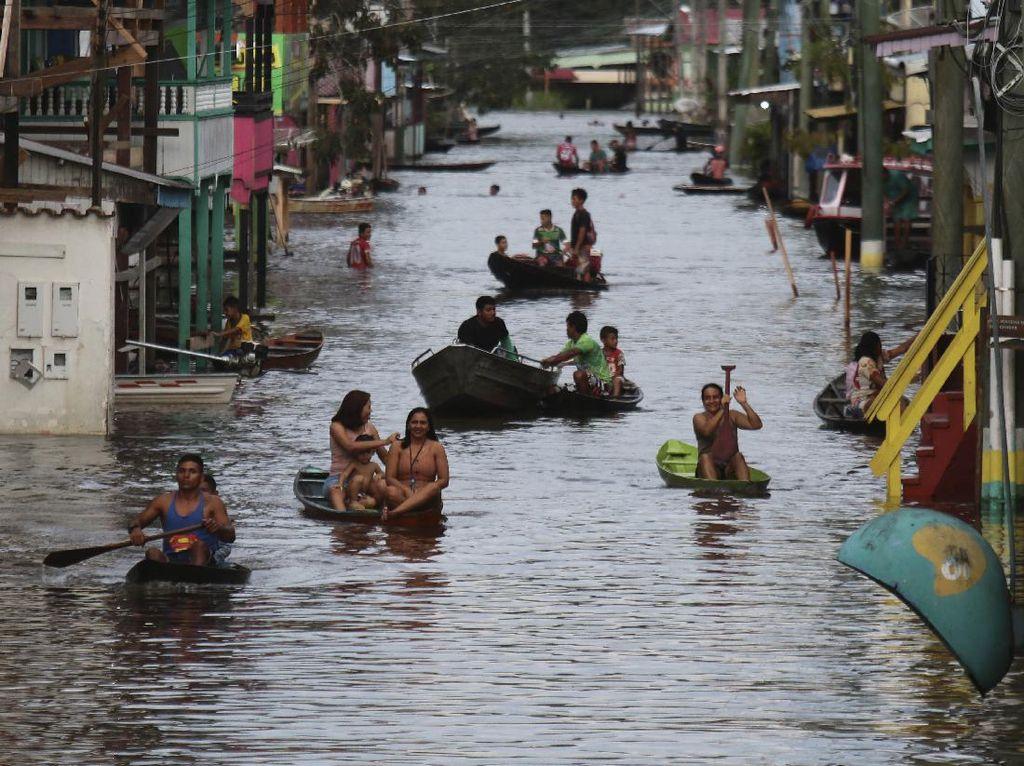 Dilanda Banjir, Warga Brasil Seliweran Pakai Perahu