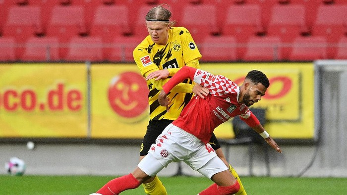 MAINZ, GERMANY - MAY 16: Jerry St. Juste of 1.FSV Mainz 05 battles for possession with Erling Haaland of Borussia Dortmund   during the Bundesliga match between 1. FSV Mainz 05 and Borussia Dortmund at Opel Arena on May 16, 2021 in Mainz, Germany. Sporting stadiums around Germany remain under strict restrictions due to the Coronavirus Pandemic as Government social distancing laws prohibit fans inside venues resulting in games being played behind closed doors. (Photo by Sascha Steinbach - Pool/Getty Images)