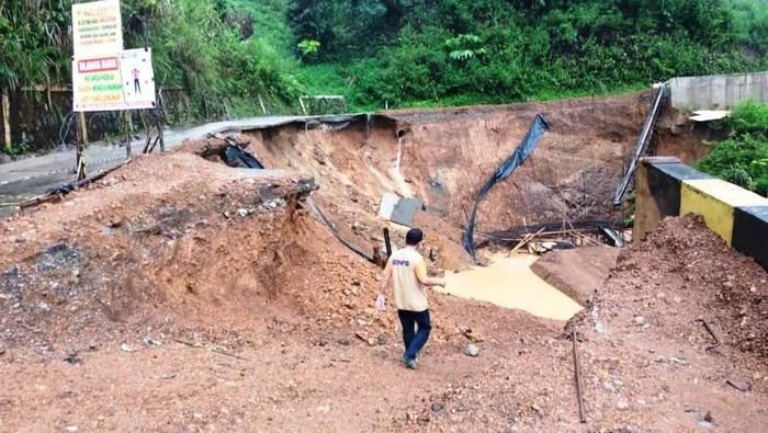 Ruas Jalan Nasional Takengon-Isaq di kawasan Desa Telege Sari, Kecamatan Jagong Jeget, Kabupaten Aceh Tengah, Provinsi Aceh putus total setelah terjadi tanah longsor sejak Minggu (16/5/2021) petang. (ANTARA/HO-Dok. BPBD Aceh Tengah)