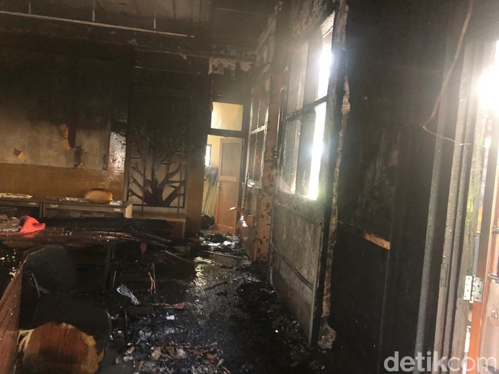 Diduga Korsleting, Ruang Pertemuan Dinas Lingkungan Hidup Sidoarjo Terbakar