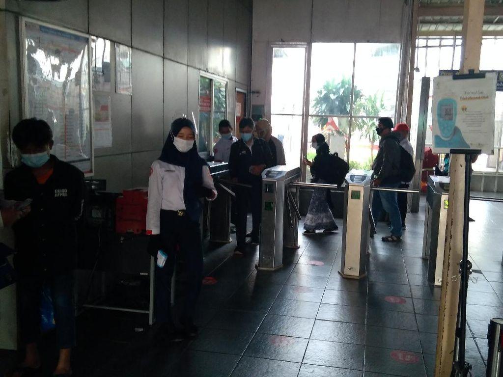 Suasana Stasiun Manggarai di Hari Pertama Kerja Usai Lebaran